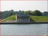 """<font color=""""red""""><font size=""""+1"""">  Vestiges du pont de Vivegnis canal Albert côté Vivegnis. En fait, c est un pont qui fut détruit dans les années 80 (écroulé 14 août 1985) suite à l explosion d une conduite de gaz qui passait en dessous.</font></font>"""